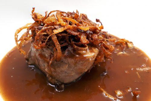 solomillo con cebolla caramelizada y salsa de pimientos confitados