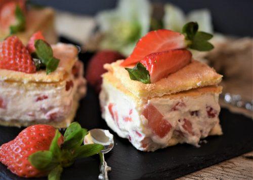 Tarta de fresas con nata y napolitanas
