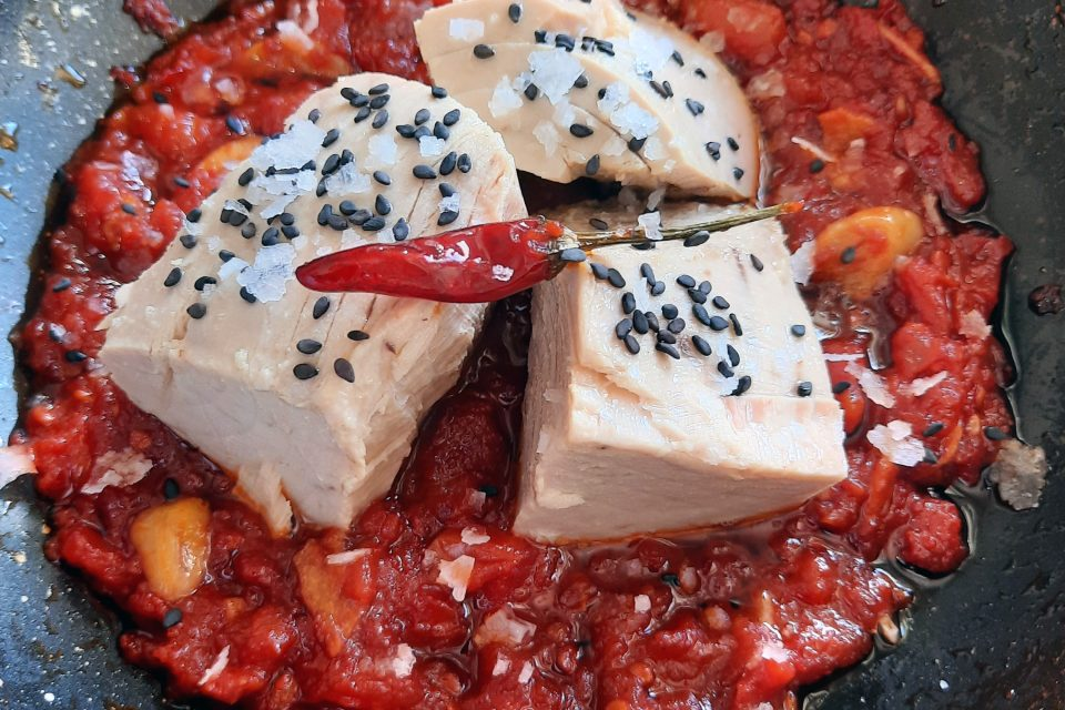 tacos de atún en salsa picante